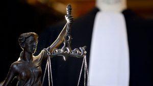 une-robe-d-avocat-derriere-la-balance-de-la-justice-a-paris_4841541